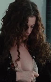 Anne Hathaway Reveal in Love And Other Drugs